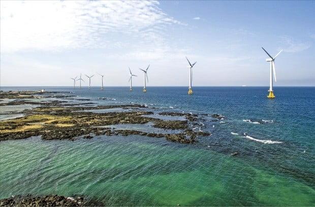 한국남동발전이 지은 제주 한경면 두모리의 탐라해상풍력발전단지 모습. 국내 최초 상업용 해상풍력발전단지인 탐라해상풍력발전단지는 3㎿ 용량의 해상풍력발전기 10기를 운영하고 있다.  /한국남동발전 제공