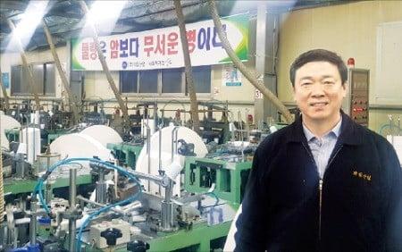 정범수 제일산업 대표가 경북 칠곡 본사 공장에서 장애인들이 생산한 종이컵에 대해 설명하고 있다.