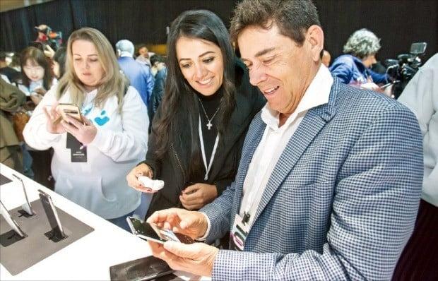 미국 샌프란시스코의 빌그레이엄시빅 오디토리엄에서 20일 열린 삼성전자 신제품 공개 행사에서 관람객들이 갤럭시S10을 살펴보고 있다. 삼성전자는 이날 폴더블폰 갤럭시폴드를 비롯해 갤럭시S10 시리즈, 코드프리 이어폰 갤럭시 버즈 등을 공개했다.  /삼성전자  제공