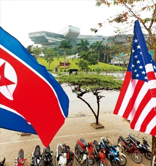 도널드 트럼프 미국 대통령의 숙소로 거론되는 베트남 하노이 JW메리어트호텔 인근 식당에 미국 성조기와 북한 인공기가 걸려 있다.  /연합뉴스