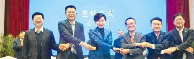 인천시, 인천항만공사, 인천공항공사는 지난달 18일 중국 웨이하이시 인민정부, 웨이하이 공항그룹 등 6자 간 '한·중 해상·항공 연계 화물운송 활성화를 위한 양해각서'를 체결했다. 관계자들이 기념촬영하고 있다. 인천시 제공
