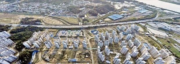 서울시가 지하철 5호선 직결화 사업을 발표하면서 강동구와 경기 하남시 일대가 수혜지역으로 꼽히고 있다. 사진은 새 아파트가 들어서고 있는 고덕강일공공주택지구 전경.  /네이버 캡처