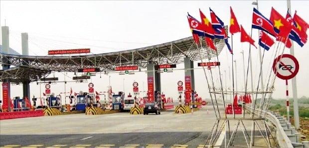 < 하이퐁행 도로에 걸린 인공기 > 김정은 북한 국무위원장이 찾을 것으로 예상되는 하이퐁행 고속도로 인근에 북한 인공기와 베트남 금성홍기가 장식돼 있다. /출처=트위터 @PhmVnToan3