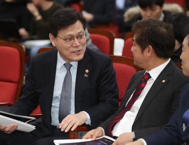 13일 국회에서 열린 공청회에서 최종구 금융감독위원장과 김병욱 더불어민주당 의원이 대화를 나누고 있다.