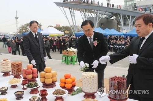 """조명균 """"이산가족 상봉 진전 못 이뤄 죄송…노력하겠다"""""""