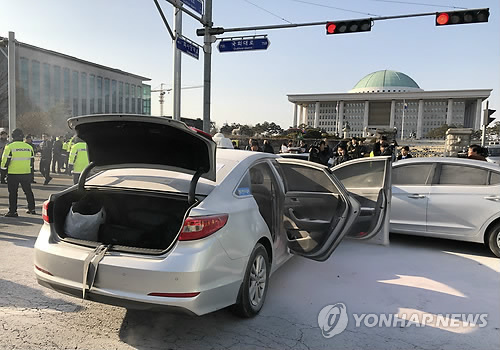 '카풀 반대' 기사 또 분신…택시에 불붙여 국회 돌진