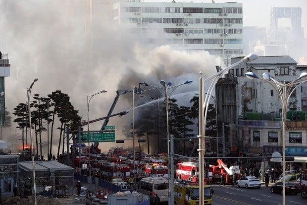 14일 오후 화재가 발생한 서울 중구 을지로 4가 인근 철물점 밀집지역에서 소방대원들이 화재진압 작업을 벌이고 있다. 사진=연합뉴스