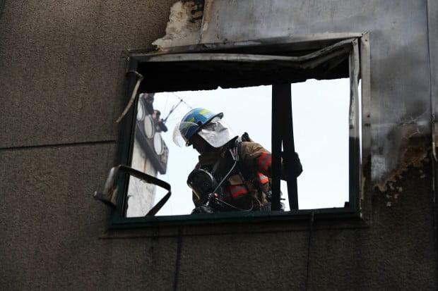 을지로 화재 현장 수습하는 소방대원들 /사진=연합뉴스