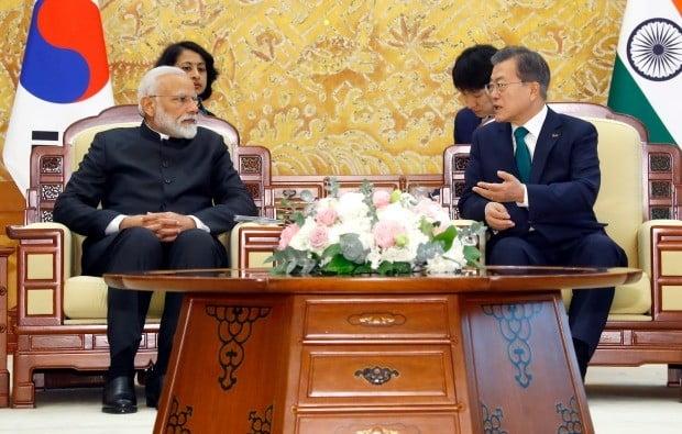문재인 대통령과 나렌드라 모디 인도 총리가 22일 오전 청와대에서 단독 정상회담을 열고 있다. 사진=연합뉴스