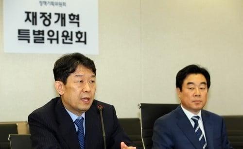 건강보험 기금화 등 예산 권고안 설명하는 재정개혁특위. 사진=연합뉴스