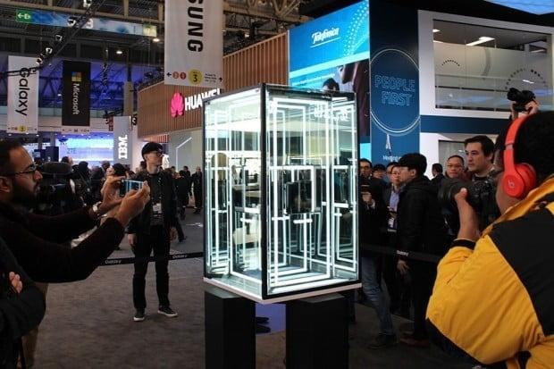삼성전자는 MWC 2019에서 자사 부스 앞 유리관안에 폴더블폰 '갤럭시폴드'를 전시했다.