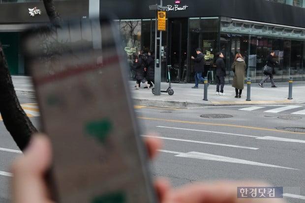 강남역 부근에서는 높은 빌딩들로 인해 GPS상의 킥보드 위치와 실제 킥보드 위치의 오차가 발생했다(사진=오세성 기자)