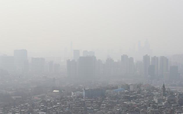 수도권을 포함한 일부 지역에 미세먼지 비상저감조치가 발령된 4일 서울 남산에서 바라본 하늘이 뿌옇다. [사진=연합뉴스]