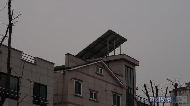 경기도 성남시 분당구 판교동에 위치한 한 주택가 건물의 태양광 발전 패널.(사진=김산하 기자)