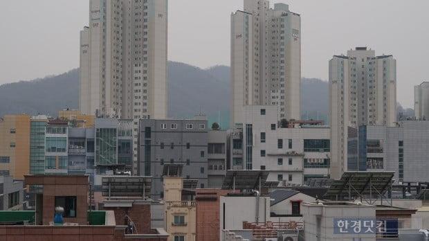 경기도 성남시 분당구 판교동의 주택가 옥상에 태양열 패널들이 대거 설치되어 있다. 미세먼지로 인한 흐린 날씨로 발전 효율 감소가 예상되고 있다.(사진=김산하 기자)