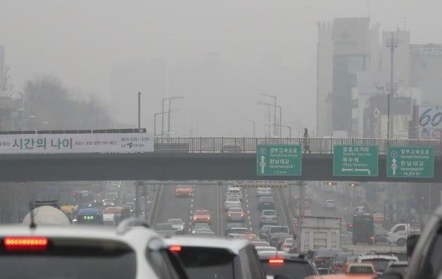 전국을 뒤덮는 사상 최악의 미세먼지가 계속된 5일 오전 서울 용산구 한남동 한 육교에서 시민이 길을 지나고 있다. 뒤쪽 강남 일대가 한 치 앞도 보이지 않는다. [사진=연합뉴스]