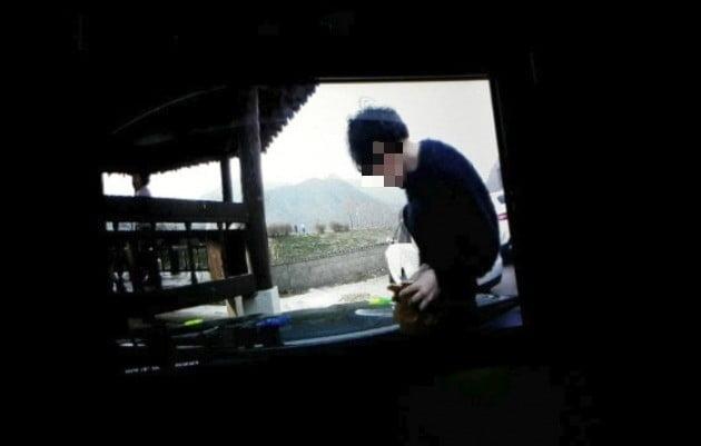 보닛 위에서 뛰어노는 모습이 담긴 블랙박스 _ 영상 사진 출저 보배드림
