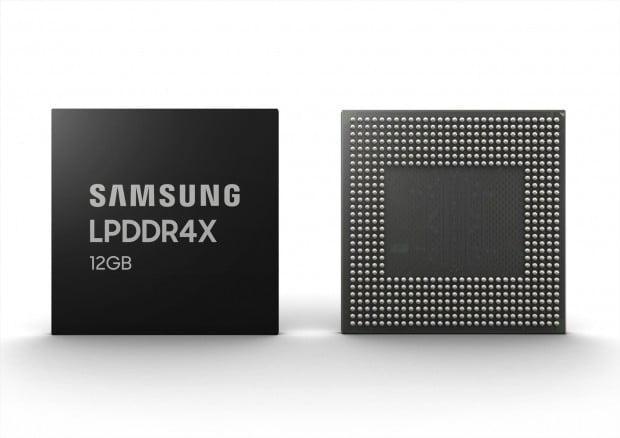"""""""폴더블·5G폰에 최적""""…삼성전자, 세계 최대 용량 '12GB 모바일 D램' 양산"""