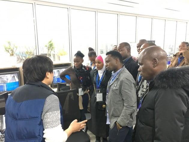 지난 15일 인천공항 제1여객터미널 수하물운영센터(BOC)에서 탄자니아 공항청 관계자들이 인천공항의 수하물 처리 시설 운영 노하우에 대해 강의를 듣고 있다. 인천공항공사 제공