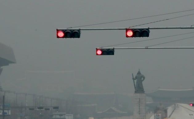 서울 지역에 초미세먼지(PM-2.5) 주의보가 발령된 지난 12일 오전 서울 태평로에서 바라본 광화문 일대 도심에 미세먼지가 짙게 드리웠다. 사진=연합뉴스
