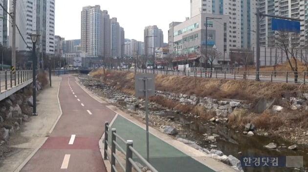 용인 수지구 동천동 손곡천과 일대의 아파트. 분당신도시에서 이주하는 인구들이 늘어나고 있다.