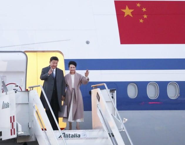 유럽 3개국 순방에 나선 중국 시진핑 국가주석이 21일(현지시간) 첫 방문국인 이탈리아의 로마 공항에 도착, 부인 펑리위안(彭麗媛) 여사와 전용기에서 내리고 있다. 사진=연합뉴스