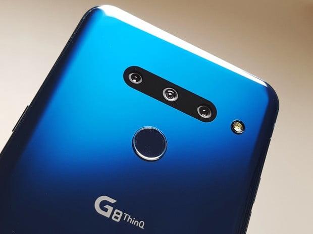 LG G8 씽큐는 매끈하고 깔끔한 디자인으로 그립감이 우수했다.  후면 카메라는 모듈이 튀어나오지 않아 일체감을 높였고, 전면부는 풀비전 디스플레이(노치 디자인)을 적용해 몰입도가 좋았다. 다만 LG 스마트폰만의 정체성이 드러나지 않은 점은 아쉬움으로 남았다.