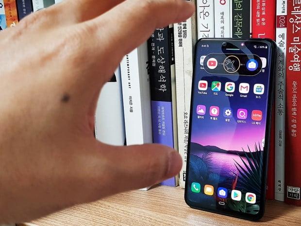 LG G8 씽큐는 터치 없이 손 동작을 인식해 스마트폰을 작동시키는 '에어 모션' 기능이 탑재됐다. 또 스마트폰 최초로 손바닥 정맥 인식을 채용했다. 손바닥 인식 등 전반적인 성능은 나쁘지 않았지만 실생활에서 활용하는데는 한계가 따를 것으로 보인다.