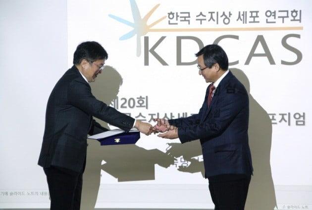 김현수 파미셀 대표(왼쪽)가 김청수 서울아산병원 교수에게 22일 '임상연구자상'을 주고 있다. 파미셀 제공