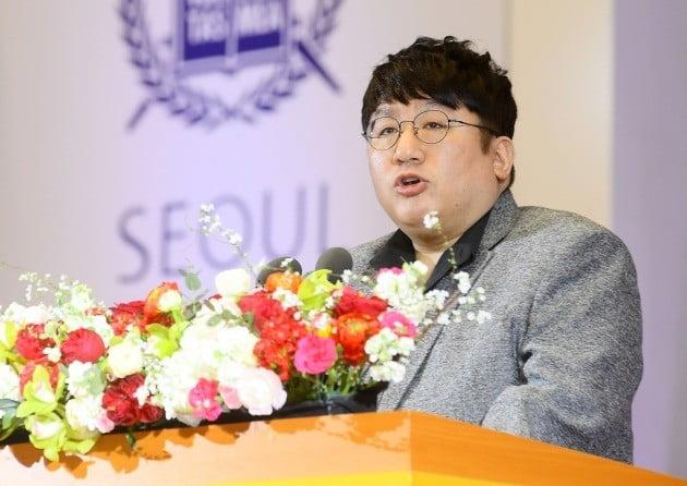 2월26일 서울대학교 관악캠퍼스에서 열린 학위수여식에서 미학과 졸업생인 방시혁 빅히트 엔터테인먼트 대표가 축사를 하고 있다. 강은구기자 egkang@hankyung.com