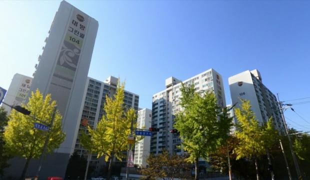 경남 창원 성산구 대방동 대방그린빌. 이 아파트를 다수 소유한 임대사업자 김모 씨가 지난해 여름 파산하면서 세입자들이 보증금을 돌려받지 못하고 있다. 네이버거리뷰 캡처