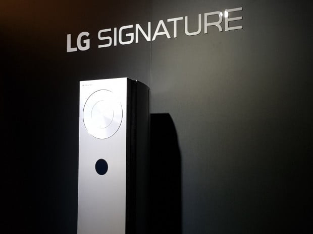 LG전자가 26일 초프리미엄 에어컨 'LG 시그니처 에어컨'을 선보였다. LG전자는 이날 신제품 가격을 공개하진 않았지만 시그니처 라인업을 감안할 때 1000만원에 이를 것으로 예상된다.