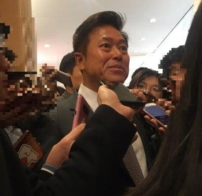 박정호 SKT 사장이 26일 을지로 SKT 본사 4층에서 열린 주주총회가 끝난 후 기자들과 이야기 하고 있다.