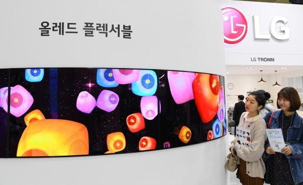 삼성·LG디스플레이가 1분기 나란히 영업손실을 기록할 전망이다. 중국 업체들의 공세가 이어지면서 LCD 패널 가격이 하락한 상황에서 스마트폰용 OLED 수요가 줄어들면서 실적이 악화된 것이다. 다만 하반기부터는 패널 가격이 안정세에 접어들고 플래그십 스마트폰이 출시되면서 실적을 회복할 가능성이 높다.