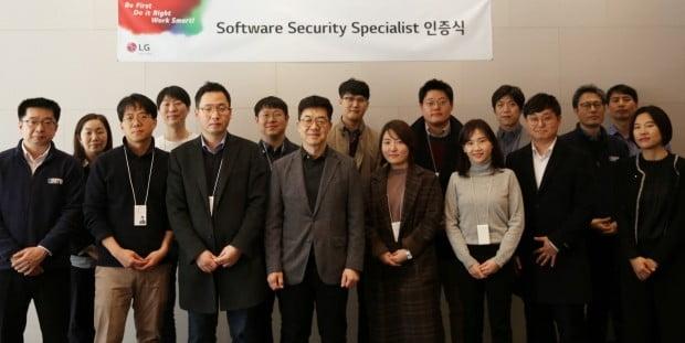 LG전자는 최근 서울 서초구 서초R&D캠퍼스에서 '제1회 소프트웨어 보안전문가 인증식'을 가졌다. 보안 전문가로 선발된 LG전자 직원 11명과 CTO(최고기술책임자) 박일평 사장(왼쪽에서 일곱 번째) 등이 기념촬영을 하고 있다.