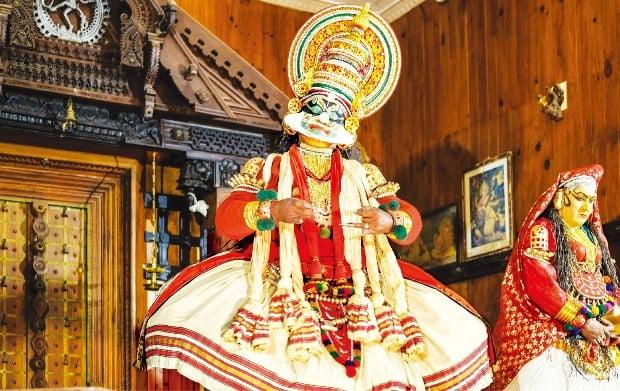 대사 없이 음악과 배우의 표정, 몸짓으로 이야기를 전개하는 남인도의 전통무용 '카타칼리'.