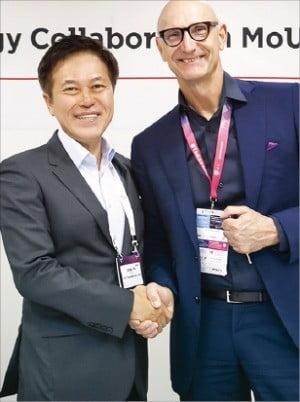 박정호 SK텔레콤 사장(왼쪽)과 팀 회트게스 도이치텔레콤 회장이 양해각서(MOU)를 맺은 뒤 악수하고 있다.  /SK텔레콤 제공