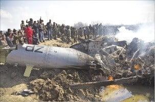 지난달 27일 카슈미르 접경 지역에서 파키스탄군에 의해 격추된 인도 전투기 잔해. 신화연합뉴스