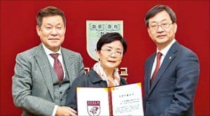 왼쪽부터 장일태 이사장·김혜남 여사 부부, 정진택 고려대 총장.  /고려대 제공