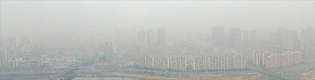 전국 대부분 지역에서 닷새째 미세먼지 비상저감조치가 시행되는 등 미세먼지에 대한 경각심이 커지자 대형 건설회사들이 앞다퉈 실내외 공기청정 기술을 내놓고 있다. 5일 서울 도심을 잿빛으로 뒤덮은 미세먼지.  /연합뉴스