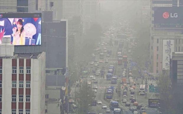 영남권 일부를 제외한 전국 대부분 지역에서 5일 미세먼지와 초미세먼지 하루 최고치 농도가 2015년 공식 관측 이후 가장 높게 나타났다. 전국에서 가장 높은 초미세먼지 농도를 기록한 전북은 237㎍/㎥까지 치솟았다. 이날 서울 서대문 쪽에서 바라본 광화문 일대가 뿌연 미세먼지로 뒤덮여 종로 거리가 제대로 보이지 않았다. /김범준  기자  bjk07@hankyung.com