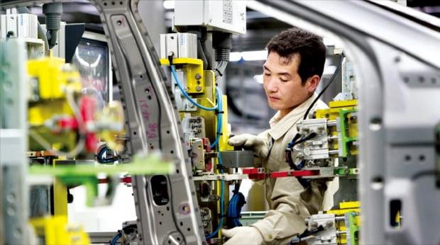 현대자동차의 중국 합작법인인 베이징현대가 공장 폐쇄와 인력 감축 등 대규모 구조조정에 나섰다. 베이징현대 공장 직원이 차량을 조립하고 있다.  /한경DB