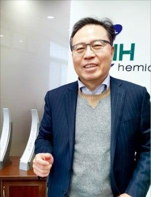 김정규 엔에이치케미칼 대표가 울산 울주군 본사에서 수출탑 수상 기록을 설명하고 있다. /하인식 기자