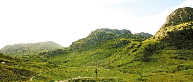 영화 '007스카이폴'의 촬영지였던 스코틀랜드 하이랜드 글렌코는 풀과 바위로 뒤덮인 절벽이 광활하고 웅장한 매력을 품고 있다.