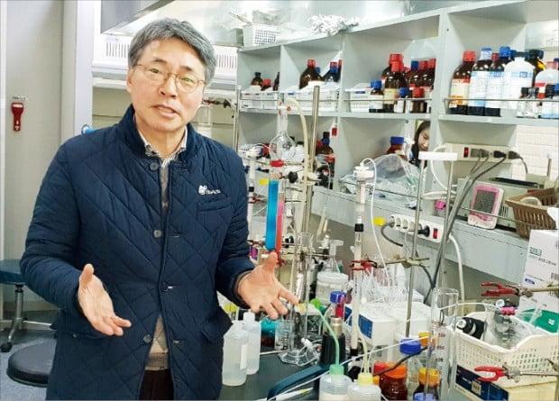 나종주 바이오액츠 대표가 인천 논현동 연구소에서 바이오시약에 대해 설명하고 있다. 김낙훈 기자