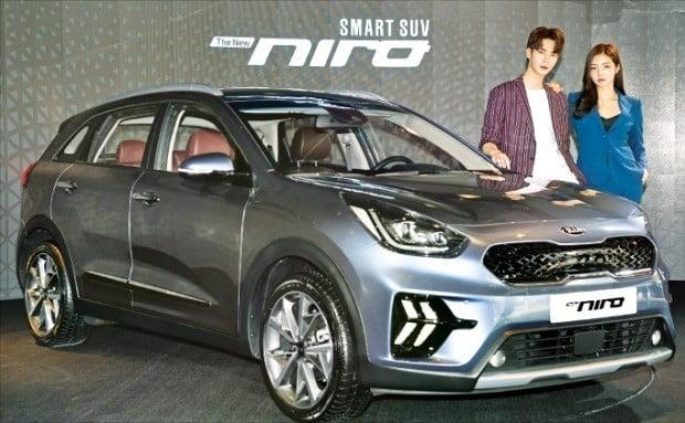 기아자동차가 니로의 상품성 개선 모델 '더 뉴 니로'를 7일 공개했다.  /허문찬 기자 sweat@hankyung.com