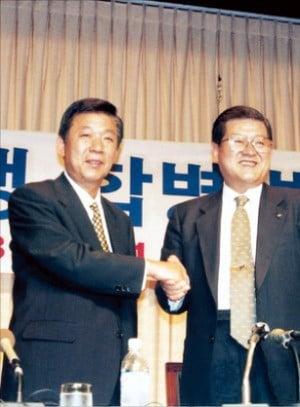 1998년 7월 배찬병 상업은행장(왼쪽)과 이관우 한일은행장이 합병을 발표하고 있다.   /우리은행 제공