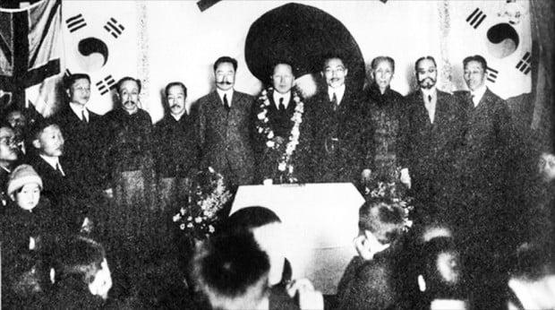 1920년 이승만의 임시대통령 부임을 환영하는 대한민국 임시정부의 요인들.