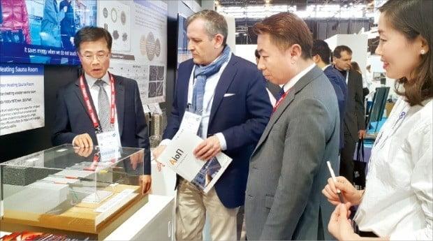 서근섭 피치케이블 상무(맨 왼쪽)가 프랑스 바이어에게 '겨울철 결빙을 막는 히팅장치'에 대해 설명하고 있다.  /김낙훈 기자