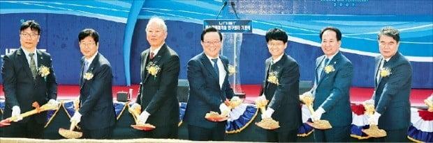 울산시는 13일 UNIST에서 해수자원화기술연구센터 기공식을 열었다. 정무영 UNIST 총장(왼쪽 세 번째)과 송철호 울산시장(네 번째).  /울산시 제공